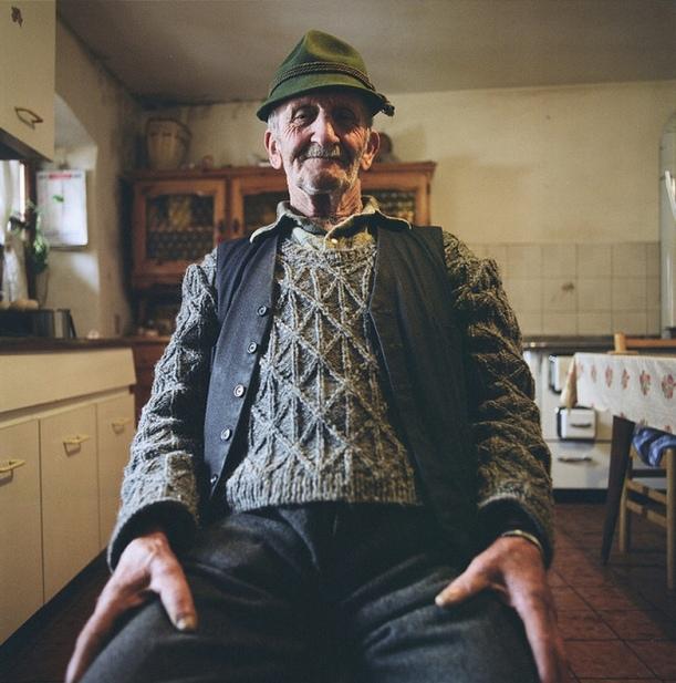 Albino Jobstraibitzer nella sua casa a Fierozzo (Vlarotz), valle dei Mocheni, Trento